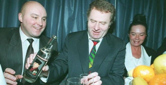 """Vladimir Zhirinovski ( C ) sirve una copa de """" Zhirinovski Vodka """" en diciembre de 1994, mientras celebra el aniversario de su victoria en las elecciones parlamentarias en 1993. Zhirinovski declaró su apoyo a las tropas rusas que están """" poniendo todo en"""