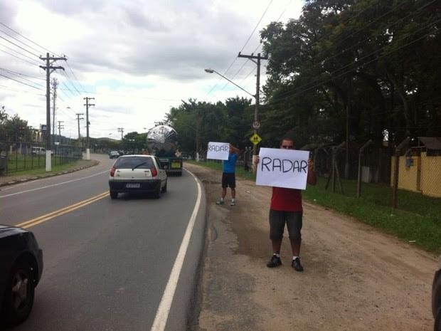 Jacareienses protestam contra radar, (Foto: Camilla Motta / G1)