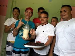 Leno Castro, que cumpre pena por roubo, segura bolo de aniaversário (Foto: Divulgação/)