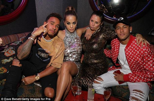 Star-studded: Os esportistas foram vistos misturando-se com uma série de grandes nomes no evento, incluindo popstar Rita Ora e Fran Culter (ambos os centros)