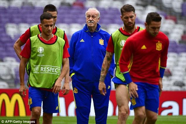Spain coach Vicente del Bosque (centre) says De Gea will play against Czech Republic 'if he is able'