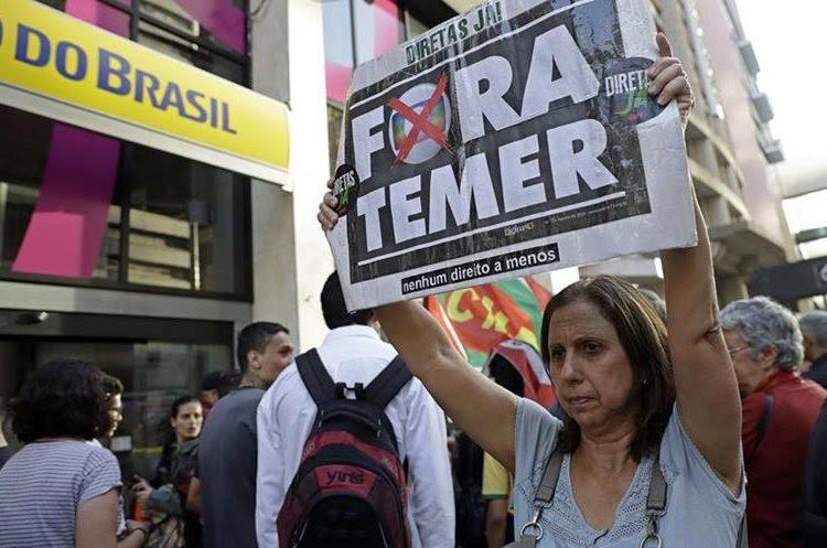 Una mujer participa en una protesta contra Temer en Sao Paulo, Brasil(AP).