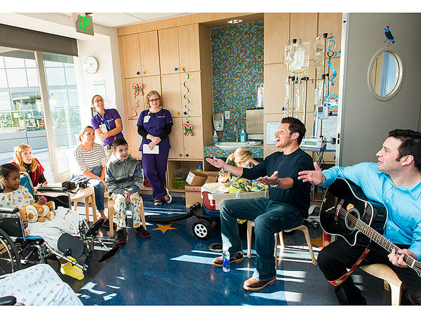 Nick Lachey Performs Holiday Favorites for Sick Children