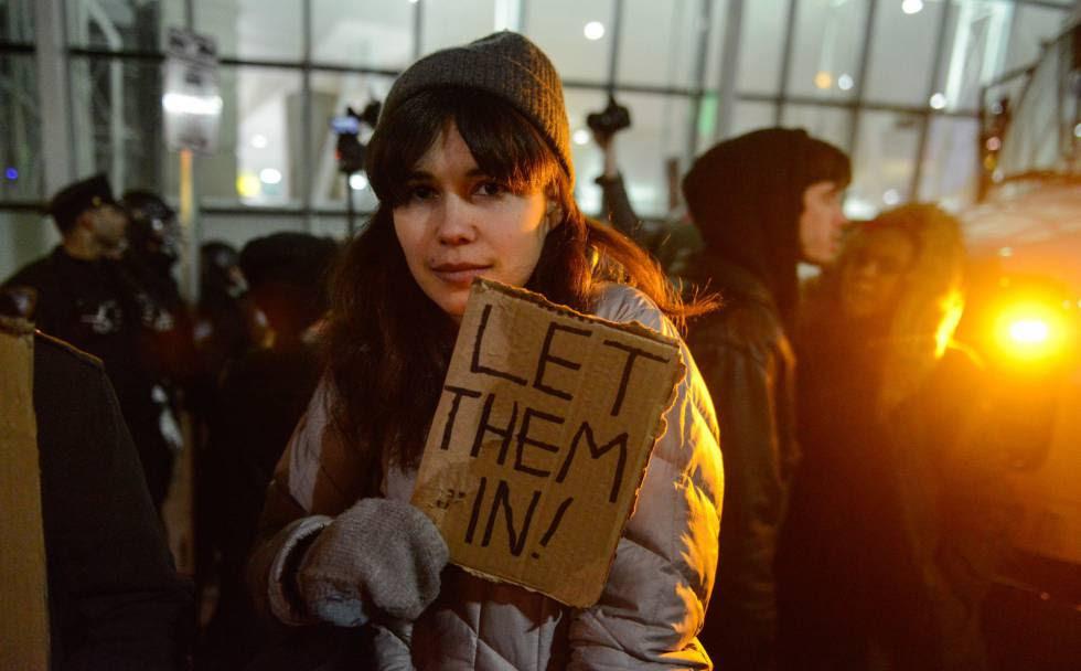 Una mujer protesta en Nueva York contra el veto a los musulmanes de Trump.