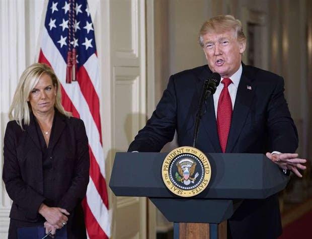 Trump, ayer, junto Kirstjen Nielsen, nueva funcionaria en seguridad