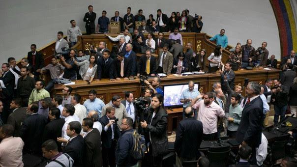 La Asamblea Nacional venezolana que funciona desde el 2016 tiene 112 diputados de la oposición (Mesa de Unidad Democrática) y 55 del chavismo (Gran Polo Patriótico Simón Bolívar). En comparación, el Parlamento anterior tenía 98 oficialistas.