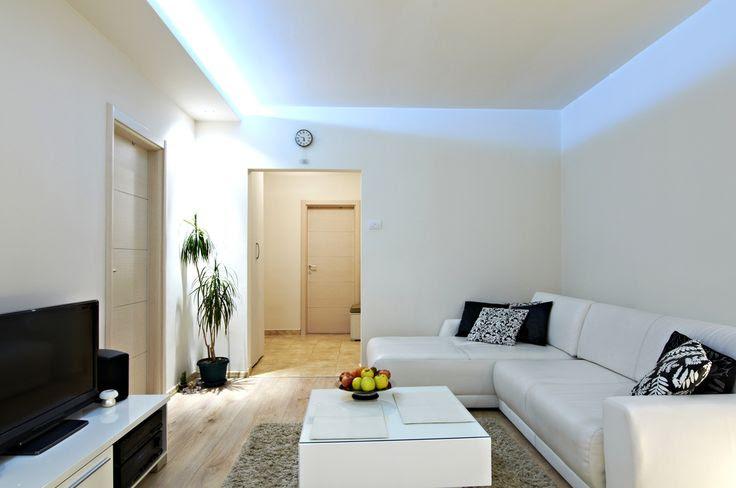 Un espacio visualmente limpio se consigue utilizando únicamente tonos blancos y luces frías.