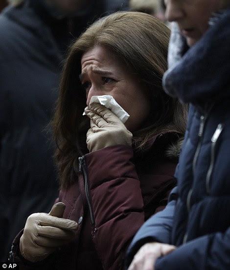 Grief: Uma mulher vê a carnificina na cena do mercado do Natal e soluços como a polícia alertar um novo ataque pode ser iminente