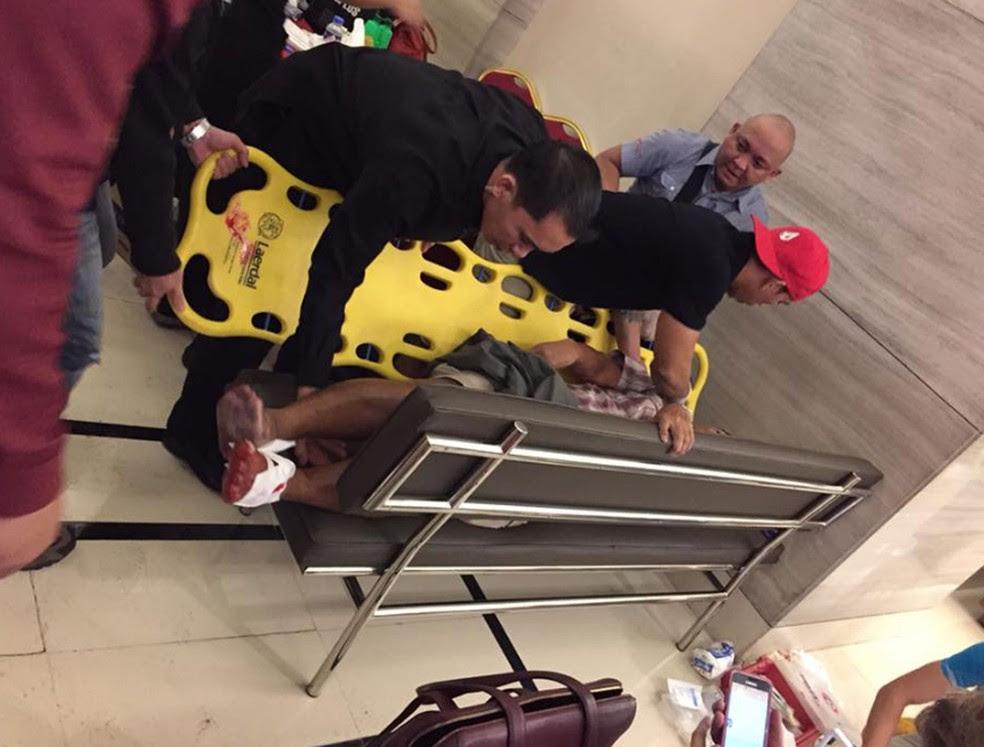 Imagem postada por usuário do Facebook mostra atendimento a pessoa ferida no Resorts World, nas Filipinas (Foto: Reprodução/Facebook/Tikos Low)