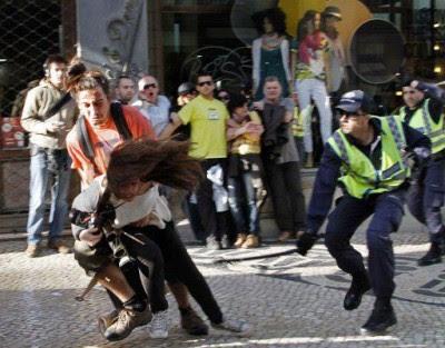 A foto da agressão da PSP à fotojornalista Patrícia Melo, da France Press, está a correr o mundo - Foto de Hugo Correia da Reuters