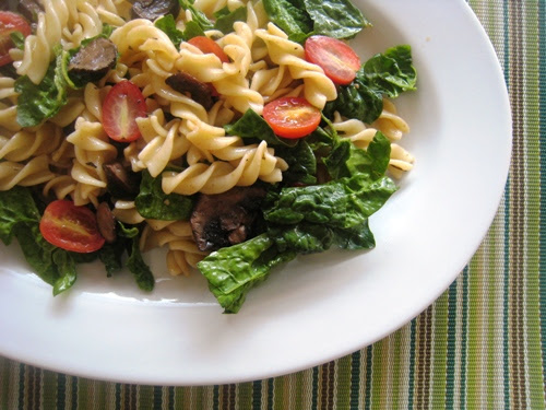 spinach salad with pasta and mushrooms