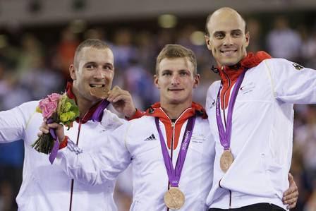 Forstemann (E) com os companheiros Rene Enders (C) e Maximilian Levy