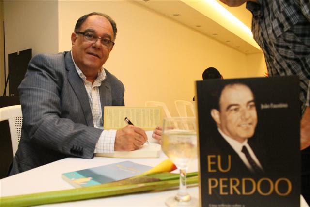 João Faustino durante lançamento de seu livro, em novembro de 2012