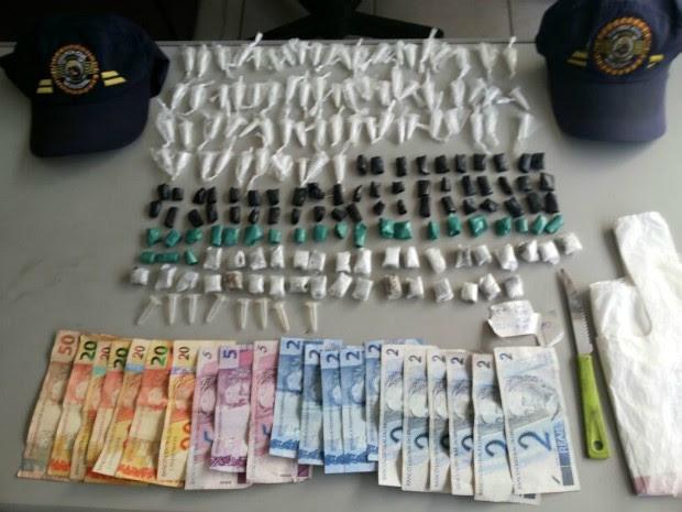 Objetos, dinheiro e porções de drogas foram apreendidos na madrugada (Foto: Divulgação Guarda Municipal de Tatuí)