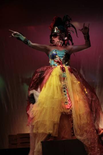 Nora Huerta, de Las Reinas Chulas, interpreta a Tlazolteotl, la diosa mexicana de la basura, la inmundicia y la lujuria.