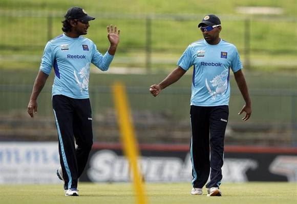 Sri Lanka's captain Mahela Jayawardene (R) discusses with Kumar Sangakkara during a practice session in Pallekele July 7, 2012. REUTERS/Dinuka Liyanawatte/Files