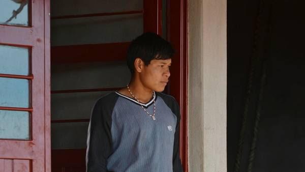 En la escuela. Lorenzo ahora va a estudiar con zapatillas. Fotos: Blas Martínez