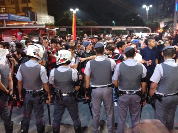 PM tenta barrar manifestantes na Avenida Paulista (Foto: Marcelo Mora/G1)