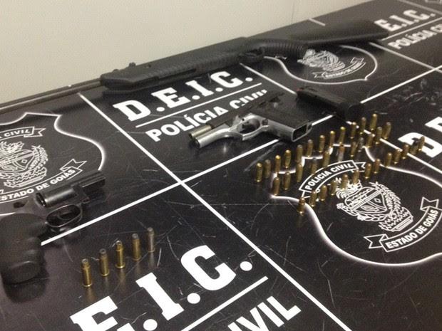 Armas apreendidas com suspeitos de sequestrar gerentes de bancos, em Goiás (Foto: Fernanda Borges/G1)