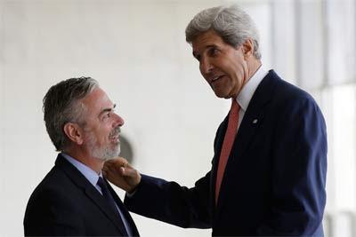 El Secretario de Estado EEUU, John Kerry, y el Ministro de Relaciones Exteriores de Brasil, Antonio Patriota en su reunión de hoy en Brasilia.