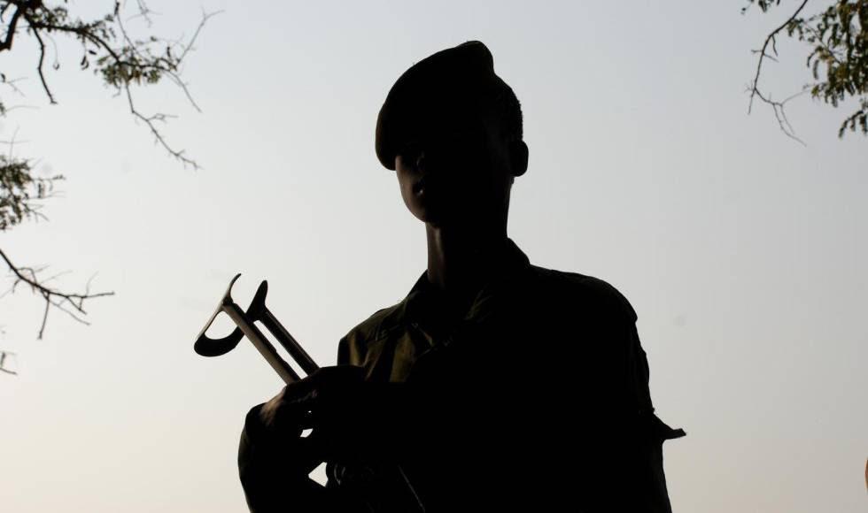 Un niño con un rifle de asalto en el Ejército Democrático de Sudán del Sur.