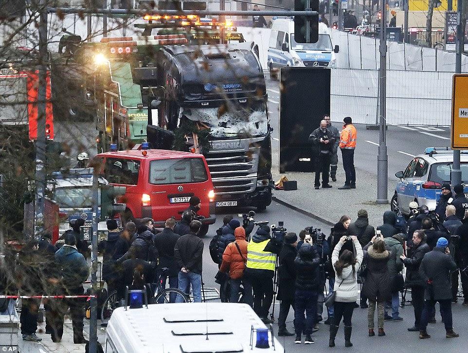 Ataque: O Ministério do Exterior alemão disse estar em contato com a mãe eo irmão de Ms Lorenzo que já estão em seu caminho para o país para enviar amostra de DNA, tem sido relatado.  Foto: Polícia e fotógrafos cercam o caminhão usado no ataque em Berlim