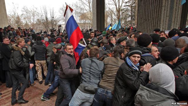 Ρωσία: Το βλέμμα στην Κριμαία, το δάκτυλο στην σκανδάλη