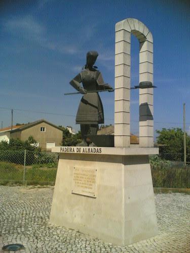 Alhadas de Baixo: Estátua da Padeira das Alhadas