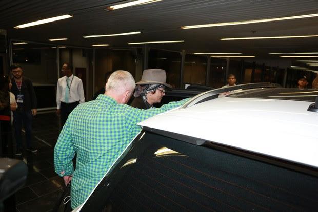 Johnny Depp no aeroporto internacional do Rio (Foto: Dilson Silva e André Freitas / AgNews)