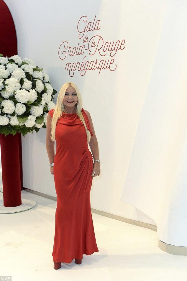 Senhora em vermelho: Monika Bacardi coloca em um vestido vermelho de piso com um par de plataforma robusta
