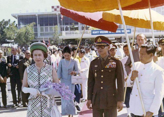 Nữ hoàng Elizabeth II của Anh đi cùng Quốc vương Bhumibol khi Nữ hoàng chuẩn bị lên máy bay ở sân bay Chiang Mai, Thailand, 1972