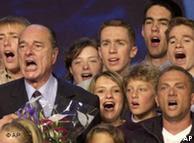 Ex-presidente Jacques Chirac (e) canta a Marselhesa com jovens franceses