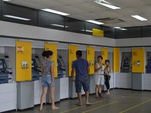Pessoas procurando um caixa eletrônico que funcione, em agência bancária, em Macapá (Foto: Graziela Miranda/G1)