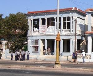 Policías frente al edificio. Foto Ernesto Santana