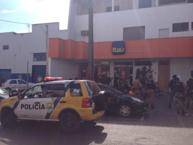 Polícia cercou a agência bancária e negociou a liberação dos reféns (Foto: Alberto D'Angele/RPC)
