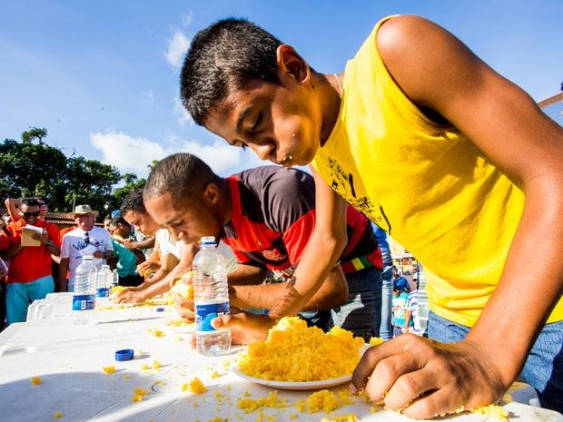 Concurso de comer cuscuz também foi uma das atrações (Foto: Jonathan Lins/G1)