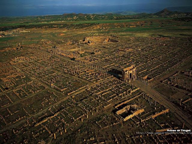 Reruntuhan Timgad atau juga disebut Tamugadhi Timgad – Reruntuhan Kota Koloni Romawi di Afrika