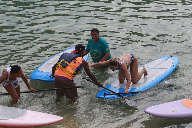 Antonia Fontenelle fazendo stand up paddle (Foto: Dilson Silva/ Ag. News)
