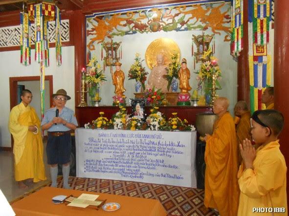 Huynh trưởng Lê Công Cầu đọc tiểu sử Htr Lê Thị Tuyết Mai và nói về ý nghĩa của Ngọn Đuốc Tự thiêu - Hinh PTTPGQT