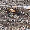 Máquinas trabalham no aterro Pajoan, em Itaquaquecetuba, que foi proibido de ser ampliado