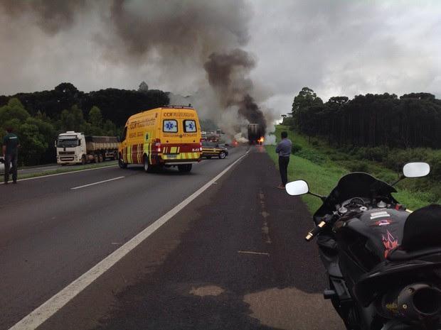 Moto foi parar embaixo da carreta, que teve os pneus explodidos pelo incêndio (Foto: Pryscila Vieira)