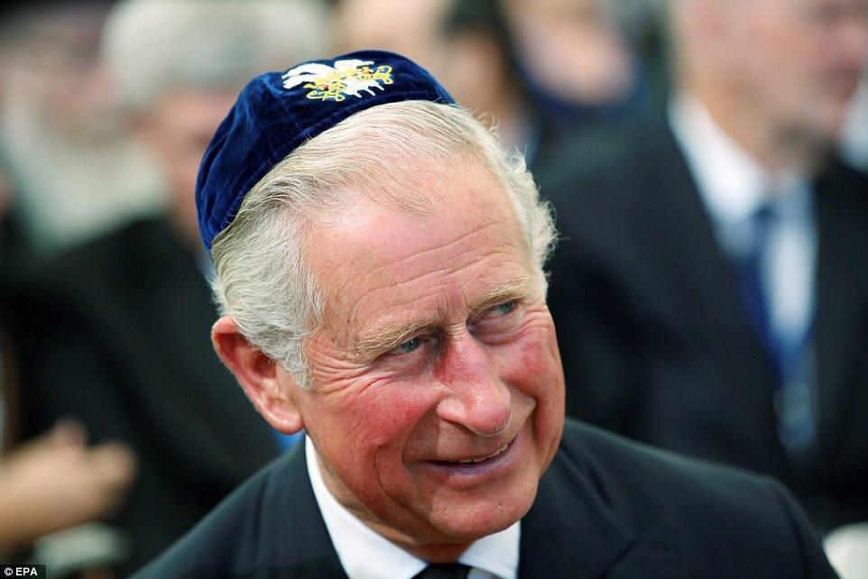 Príncipe Charles representou a família real no funeral - e sorriu para uma anedota durante a cerimônia