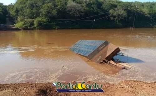 Guaraniaçu - Balsa vira e caminhão afunda no Rio Piquiri
