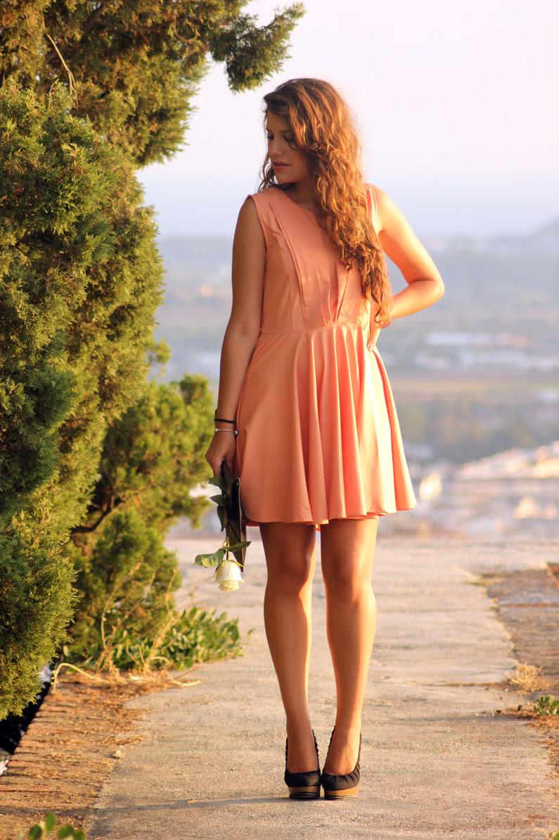 vestido-naranja-heelsandroses-con-complementos-negros-(1)