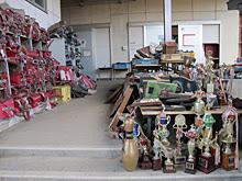 Mochilas y trofeos a la entrada de una escuela abandonada de Natori.