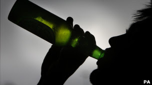 Homem bebendo cerveja Foto: PA