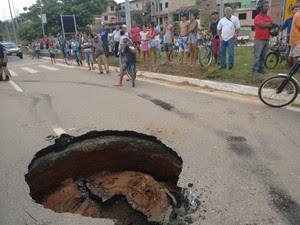 Buraco onde roda da carreta ficou presa (Foto: Zana Ferreira/ G1)