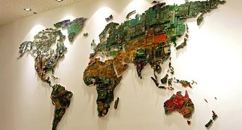 Mapa do mundo feito com peças de computador