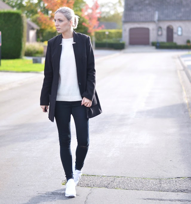 outfit post by belgian fashion blogger turn it inside out from belgium belgie mode blogster black and white outfit wool jumper by zara basic cream white boyfriend blazer h&m asos ridley washed black jeans reebok classic sneakers white leather street style inspiration winter fall autumn leafes beautiful nature