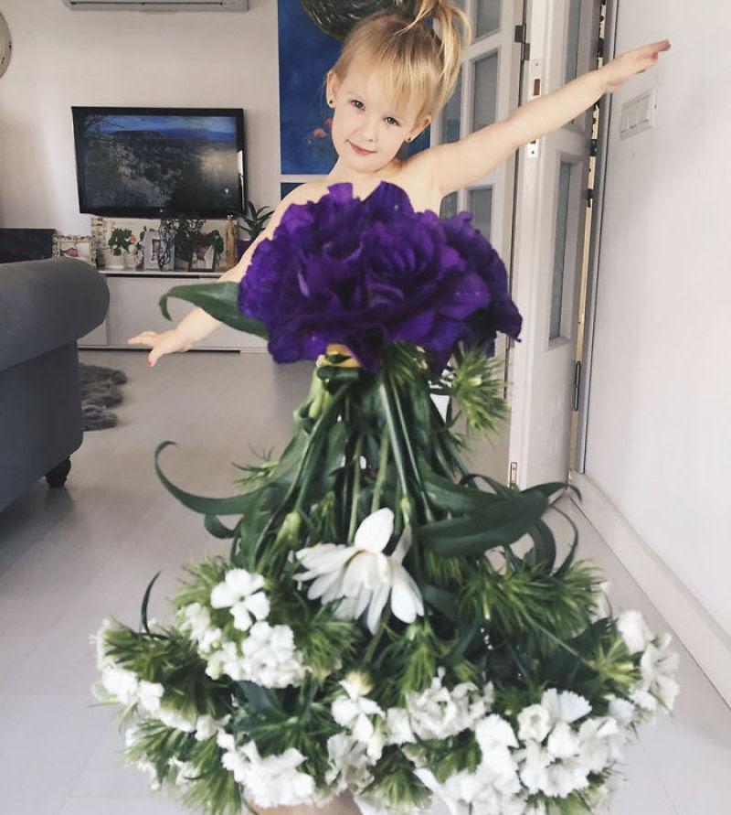 Mãe veste a filha com flores e comida usando a perspectiva forçada e conquista a internet 07